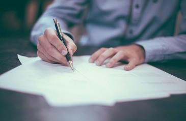 Pracownik podpisuje umowę