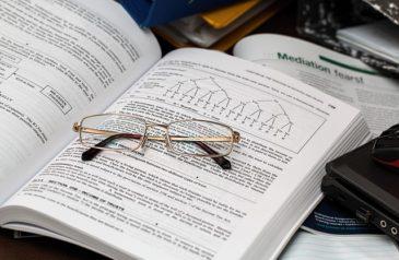 okulary leżące na otwartej ksiażce