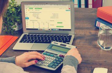 Praca na kalkulatorze i laptopie